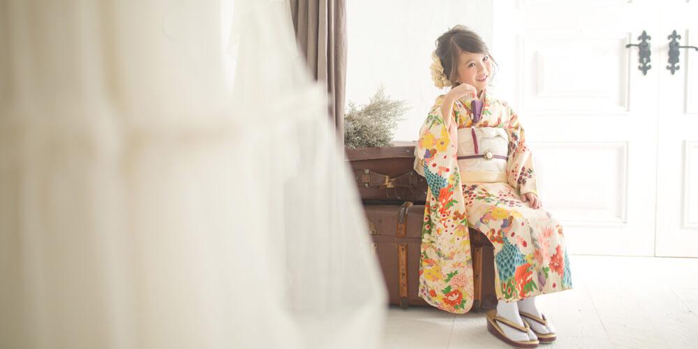 腰掛ける袴姿の女の子